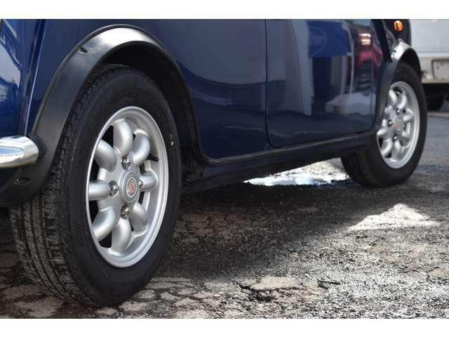 ★純正12インチアルミホイールです。 タイヤサイズは145/70/12になります。 前後とも、タイヤ溝はしっかり残っております。
