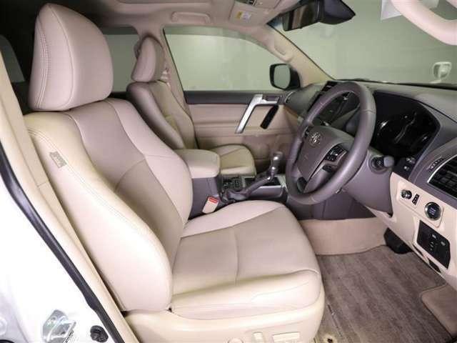 運転席はもちろん広々!シート状態も良く、運転される本人も助手席に乗られる方も快適にお過ごしいただけます♪