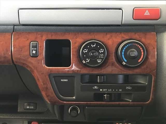 エアコンはマニュアルエアコンです。後席用ヒーターもエアコンも付いているので快適ですよ。
