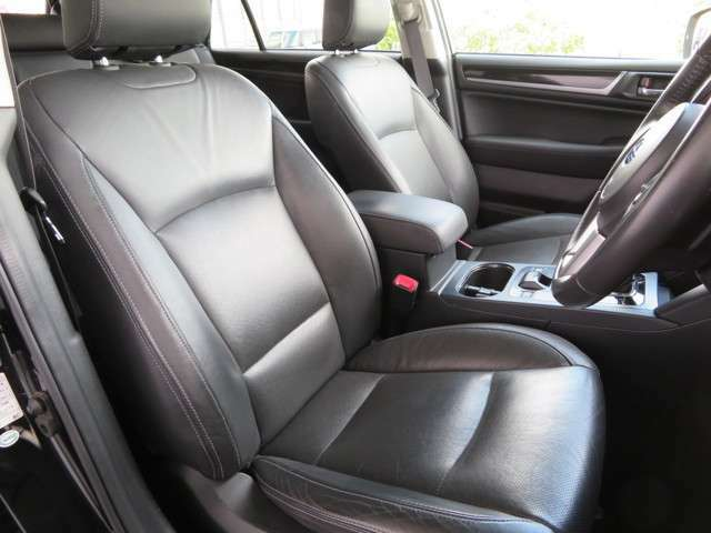 リミテッドグレード専用のレザーシートを装備しており前席にはパワーシート、シートヒーターは前・後席共に装備しておりますっ!