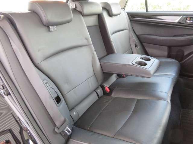 リクライニング機能・アームレスト付きのリアシートは足元も広々としており快適ですっ!! チャイルドシートもラクラク取り付け可能で小さなお子様がいらっしゃるご家庭にもオススメのステーションワゴンですっ!!
