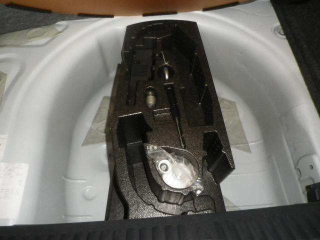トランク下部には万が一に備えてパンク修理キットを搭載しています!