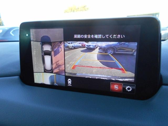 360度ビューモニターは前後左右の4つのカメラ、俯瞰映像で、ドライバーからは見えない領域の危険認知をサポート。全周囲の死角を減らし、狭い駐車場や幅寄せ、T字路進入時などの運転の安心感を高めます。