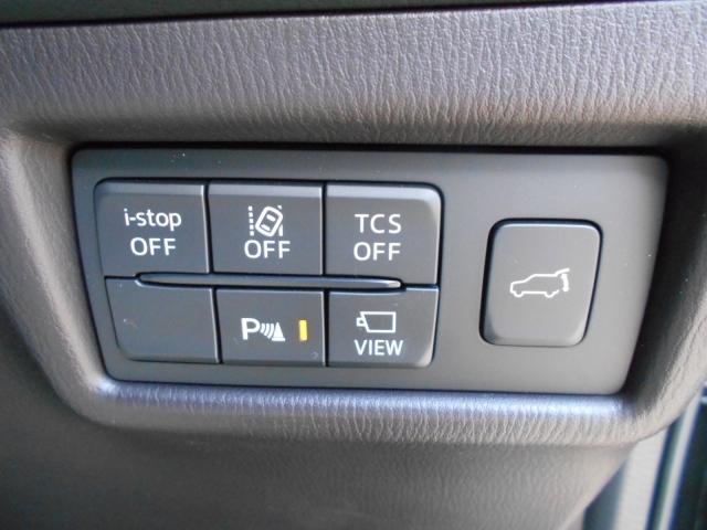 運転席右下に安全、快適装備のスイッチを集約!左下のステアリングヒータースイッチはこの時期うれしい装備です。リアゲートもここで開閉OKです