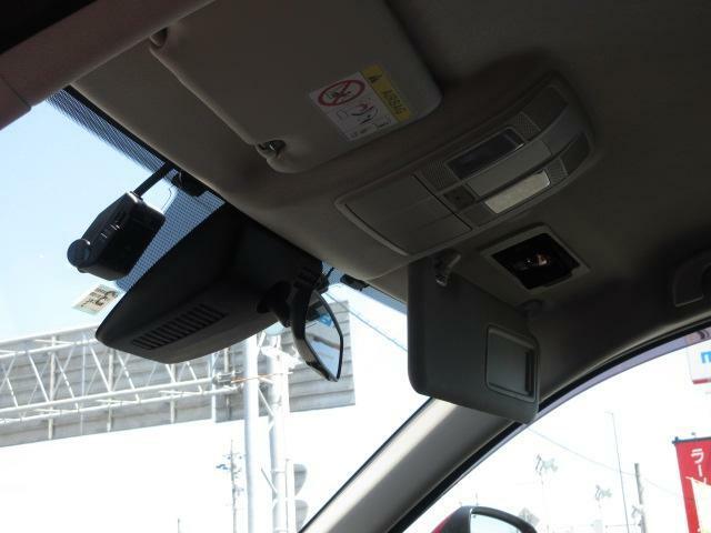 ETC車載機は専用ボックスにてバイザー裏に隠れて装着され、トップシーリング(天井)の状態もご覧ください。きれいな状態となっております。又ドライブレコーダーも装備しています。万一の事故の際、録画映像が役