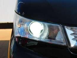 ディスチャージヘッドライト装備 太陽光に近い色と豊かな光量が夜間、良好な視界を確保してくれます。