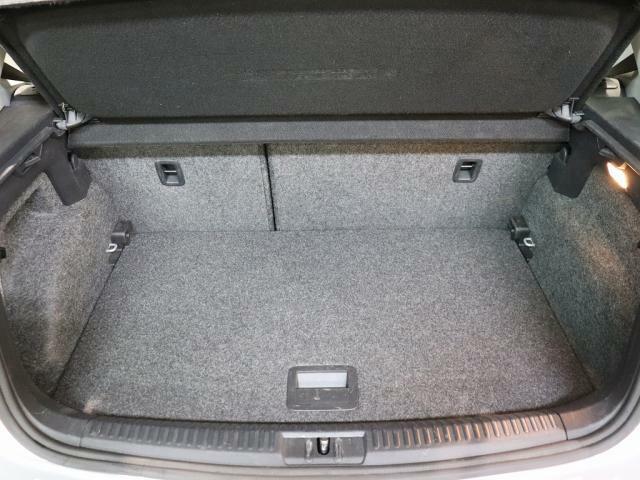 広くて使いやすい形状の荷室です。