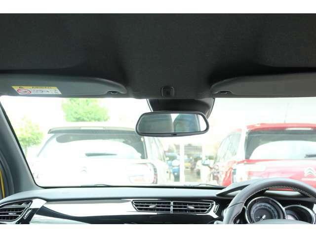 自動防眩式ミラーです。後続車両のライトの明るさを気にすることなく運転できます。