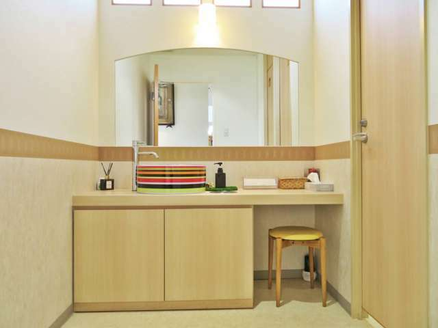 『 お手洗いはインテリアにもこだわり室内は広く、個室になっております。アメニティグッズもご用意しております。 』