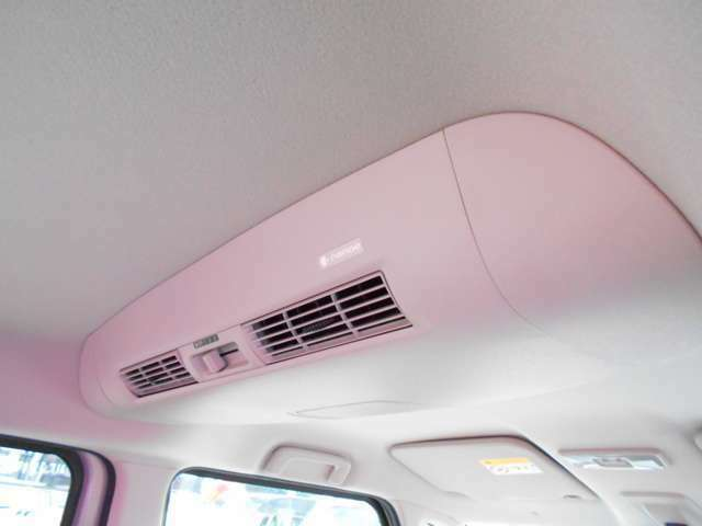 肌や髪にやさしいナノイー搭載リヤシーリングファン、きれいな空気を車内全体にお届けします。