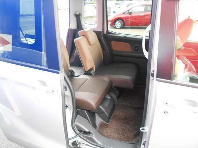 リヤシートの前後スライド、260mm、足元も広々、荷物もラクラク収納できます。