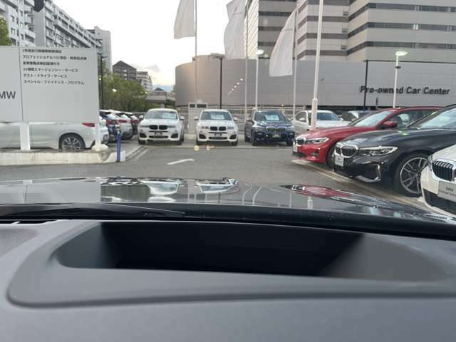 【ヘッドアップディスプレイ】フロントガラス下部に車速・ルート案内・メッセージとあらゆる情報を視線を逸らす事なく確認出来ます。