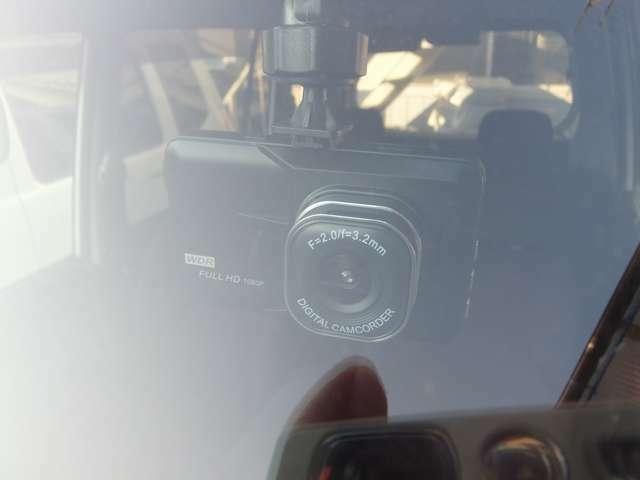 Aプラン画像:フロントガラス上部に取り付け可能なモニター一体型の小型ドライブレコーダー(参考画像ですので、実際の商品は、色・形などが若干異なる 場合がございます)
