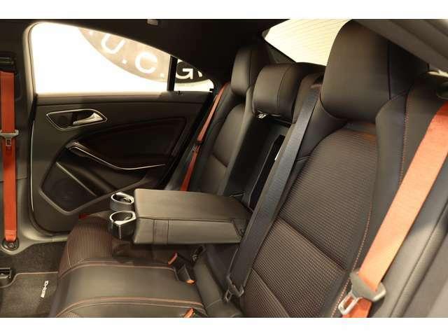 リアシートは膝周りの圧迫感もないのでゆったりとした時間をお過ごし頂けます!強い日差しを軽減し、後部座席のプライバシーを保護するリア3面プライバシ―ガラスを採用しております!
