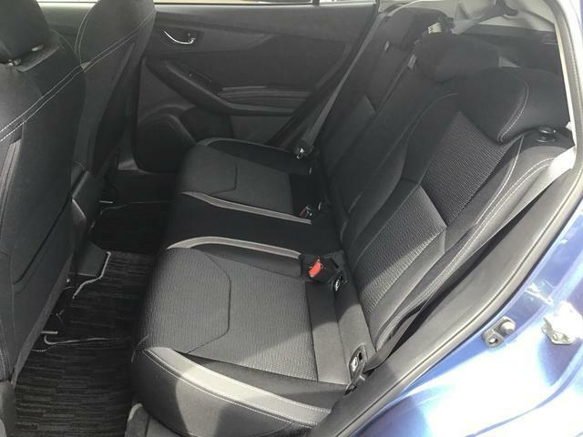 リヤシートはコンパクトカーならではの3人掛けシ-トになります。