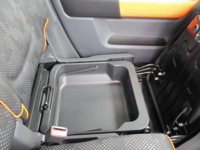 助手席シート下に取り外して持ち運び可能なシートアンダーボックス付き これは便利ですよ♪