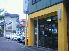 こちらが店舗外観です1Fの黄色い外壁がトレードマークです