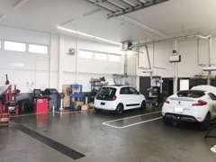 整備工場も併設しております。新車・中古車・アフターフォローもルノー正規店の当店にお任せ下さい。