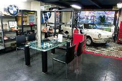 店内商談スペースは、クラシックBMW好きにはたまらない空間です