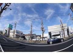 新宿から来て20号を右折したところが店舗です。ニトリの50m程手前となる場所。日曜祝日を除く7~9、17~19は右折禁止。