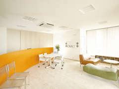 ゆとりある空間でお客様に安らぎを与えます。ごゆっくりおくつろぎください。キッズスペースも完備しております。
