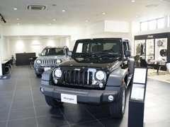 広々とした店内ですので、ゆったりとお車をご覧頂けます。
