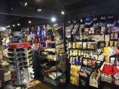 店舗1FにはウェアSHOPも併設しています。アメリカより直輸入の小物、雑貨等を販売しています。