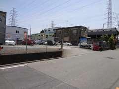 ~釣具屋右左折後のアクセス~直進約50メートル。左手にお店。赤い自販機、カーセンサーの旗が目印です。