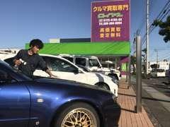 展示スペースには在庫を置いております!特にスポーツタイプのお車は現車確認が何より大事です!!(営業:中平悠輝)