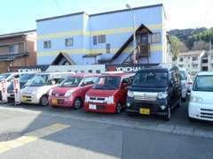 常時50台以上在庫ございます。こちらは当店西側の第2展示場。 軽自動車・小型コンパクト車を中心に展示しております。