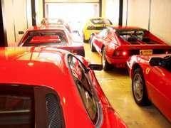 旧ショールームには常時6台程の在庫車を展示しております。
