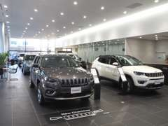 広々とした店内で、ゆったりとお車をご覧下さいませ。
