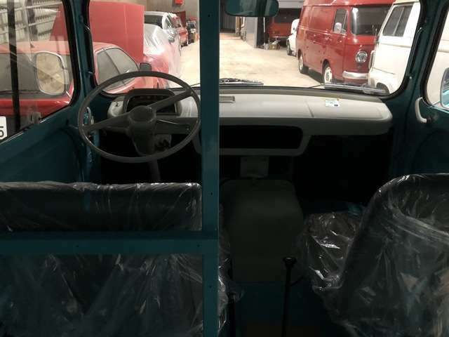 ドライバーシートから直接リアの貨物室に行けます。