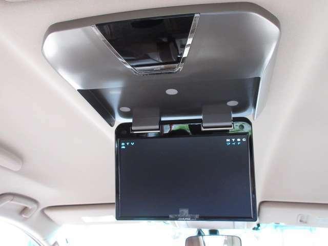 後席専用ALPINE製10.2型フリップダウンモニター付きで、長距離でも退屈しません♪