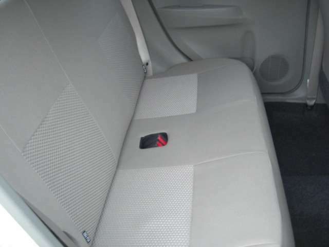 リアシートです♪落ち着いたベーシックなデザインです。リアシートに座れる方もシートベルトの着用をお願いします♪