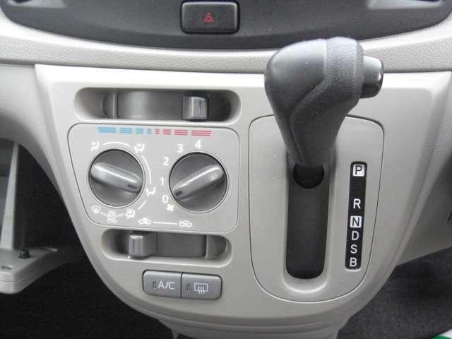 操作性の良いインパネシフトレバーです♪エコアイドル車ですので燃費の向上に優れています。またインパネシフトは足元に広い空間を確保しています♪