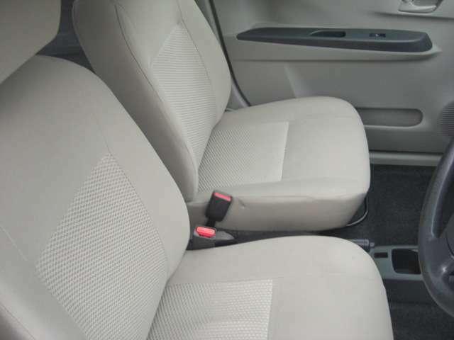 運転席・助手席です♪センターコンソールにはドリンクホルダーが付いています♪
