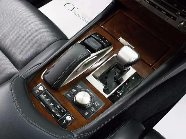 高級車ゆえにスイッチ類が多いのも特徴ですね!考え尽くされた配置ですぐに使いこなす事が出来ますのでご安心下さい!是非、体感してみて下さい!!