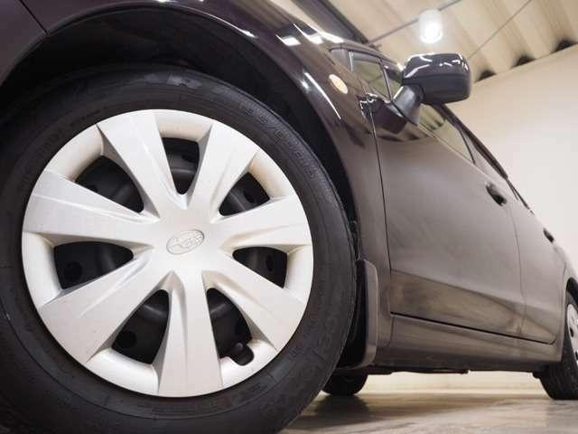 ホイルは15インチホイルになります。タイヤは夏冬セットでお付けしますので、余計な出費もかさまず安心です。タイヤサイズ195-65-15。