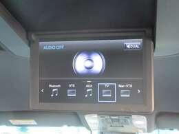 12.1型リアシートエンターテインメントシステム。後席独立機能により前席と後席で別々の音声を聞く事も可能でございます。電動開閉式ディスプレイ。