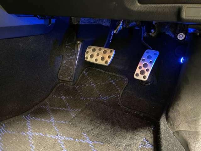 ドライバーの足もとへのこだわり。スポーツアルミペダル☆ペダルには、精悍な印象を強調するアルミ製を採用。ドライバーのパフォーマンスを十分に引き出せるよう配慮しました!