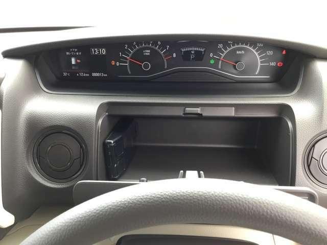 トレイの左端にあるのはドライブレコーダーの端末です。運転席に小物入れがあるのはありがたいですよね!