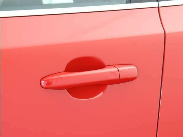 PCCキーレスドライブ搭載。キーを持ったままドアノブを握れば自動で開錠~エンジン始動までスマートに操作可能。ロック時はすべてのドアのセンサー部に軽く触れるだけで施錠されます。