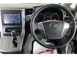 運転席に座ると、こんな感じです。メーターパネルや、ナビゲーションも見やすそうですね