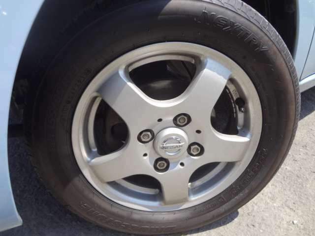 純正アルミホイール付きです。タイヤの残り溝もタップリあります。