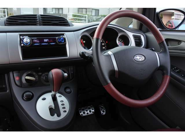 『赤×黒』の本革巻きステアリング&シフトレバー♪運転すれば必ず触れるこの場所は本革、ステッチの肌触りが気持ちよいです♪足元にはアルミ製ペダルパットを装備♪