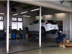 整備工場完備、車検・修理・点検等ボルボ専任メカニックにお任せ下さい。