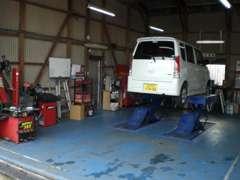 リフト・タイヤチェンジャー完備だからオイル交換等、その場で対応致します。