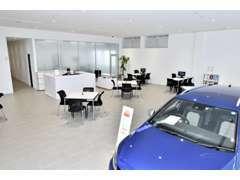 ショールーム内には1台展示し6つの商談スペースをご準備しております。