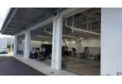 充実した設備のサービス工場で、お客様の大切なおクルマを点検・整備いたします。